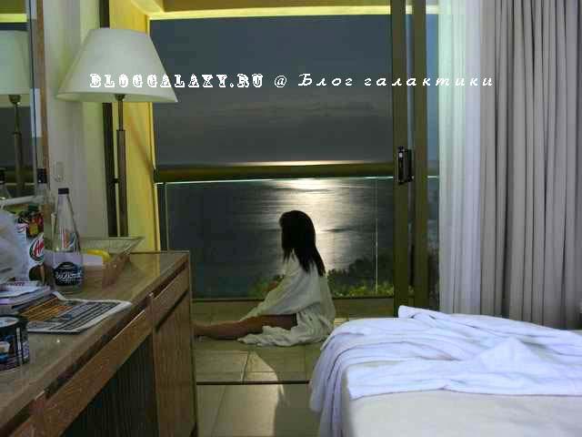 Sani Beach Hotel deluxe 5* Греция Халкидики. В номерах прозрачные двери балкона и ограждения на балконе. Вид из номера.