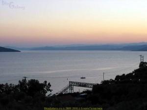 Akrathos 3* (Акратос), Греция, Халкидики (Halkidiki). Вечер. Виден мостик к пляжу через дорогу.