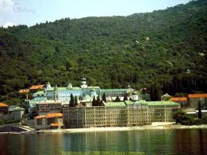 Akrathos 3* (Акратос), Греция, Халкидики (Halkidiki). Среди монастырей Афона есть и русский монастырь свято́го Пантелеи́мона. В 2007 году в нём проживало около около 100 монахов.